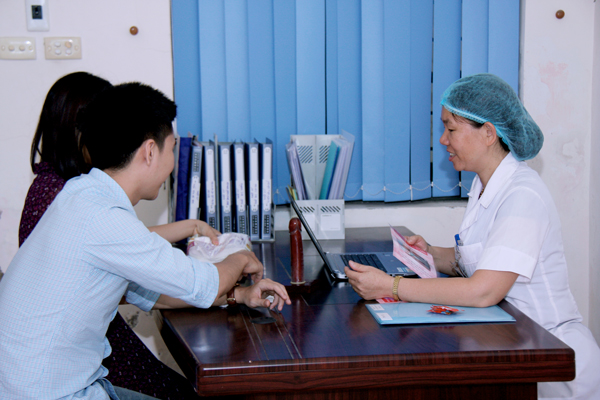 A health educator counsels a couple at the Reproductive Health Center in Thanh Hoa, Vietnam.